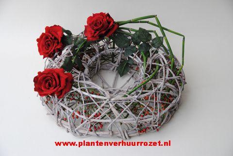 Krans gevuld met bloemwerk doorsnede 50 cm.