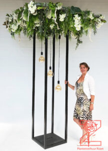 bloemwerk op zuil 270 cm hoog en 150 cm breed